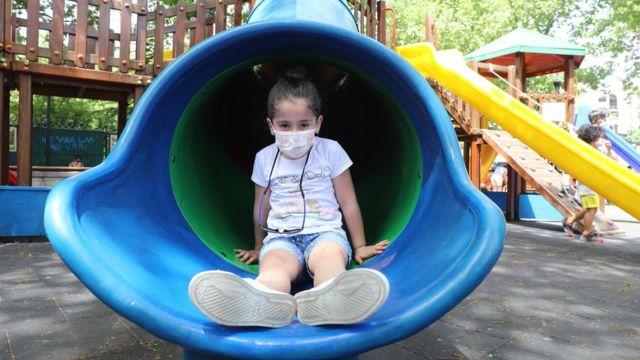 Niña en un parque de juegos en Turquía