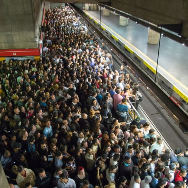 Estação de metrô lotada de pessoas em São Paulo