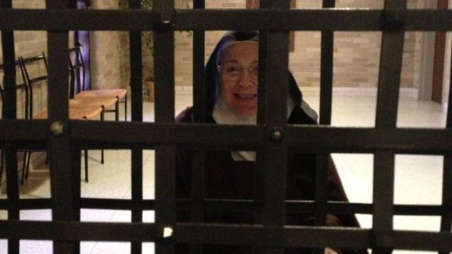 Irmã Mary Joseph atrás de barras de metal