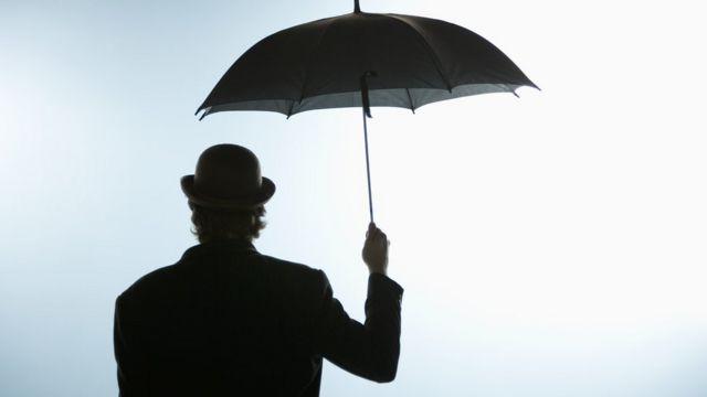 Hombre sostiene un paraguas