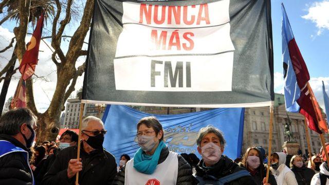 Manifestantes em Buenos Aires, Argentina, carregam faixa com os dizeres 'Nunca mais FMI'