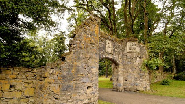 Ворота на территорию Скунского дворца