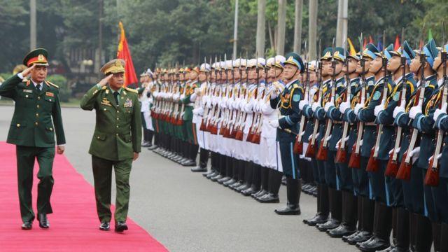 ဟနွိုင်းမြို့ကို ရောက်နေတဲ့ တပ်မတော်ကာကွယ်ရေးဦးစီးချုပ် ဗိုလ်ချုပ်မင်းကြီး မင်းအောင်လှိုင်