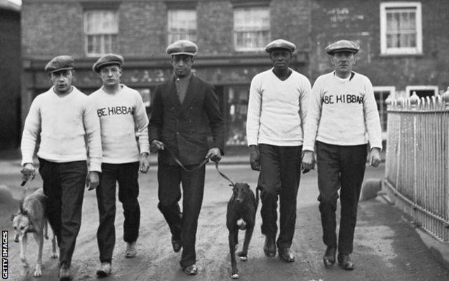 Johnson, au centre, photographié avec son père et son manager Bill (deuxième à partir de la droite) à Manchester, décembre 1926