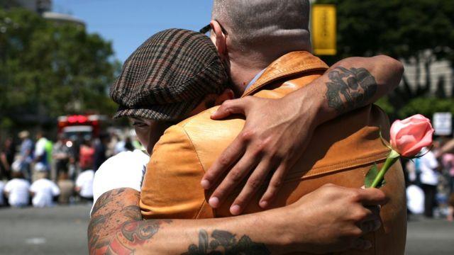 ¿Por qué surgen rechazos al ver una foto de dos hombres besándose?