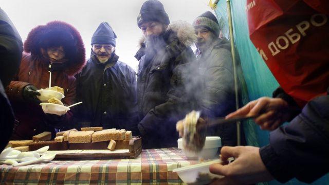 Бездомные в очереди за едой
