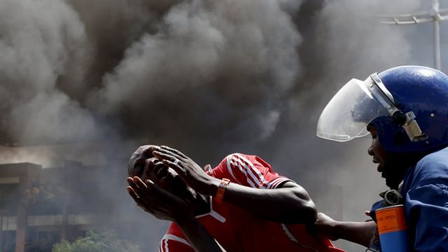 Umuntu wigaragambya ararira agiye gutabwa muri yombi mu gihe cy'imyigaragambyo mu Burundi (ifoto ya cyera)