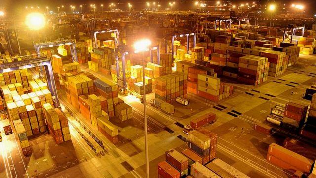 Контейнеры с грузом в порту города Мундра