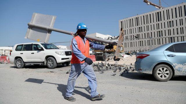 कतर में एक कंस्ट्रक्शन मजदूर
