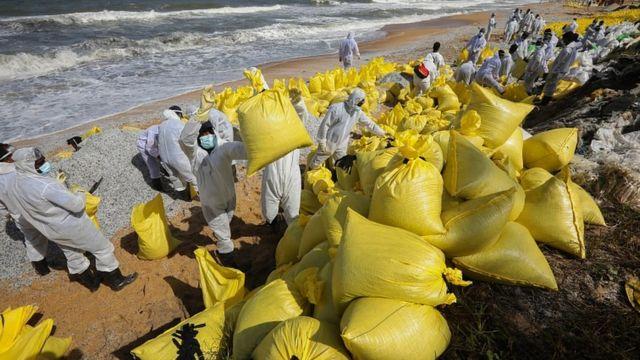 Reruntuhan kapal dikumpulkan di Negombo, Sri Lanka
