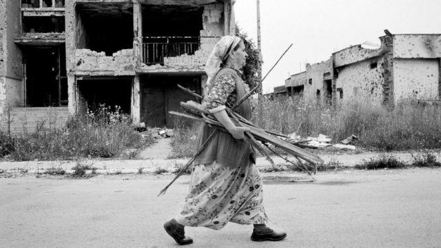El asedio de Sarajevo se extendió por 47 meses, obligando a la gente a sobrevivir como pudiera.