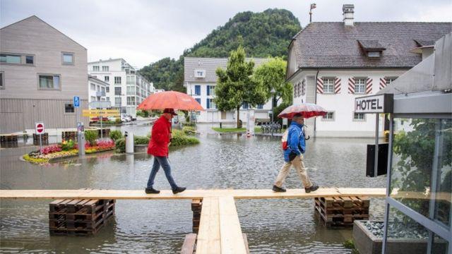 Una villa en el lago de Lucerna está cubierta de agua tras la inundación, en Stansstad, Suiza, el 15 de julio de 2021.