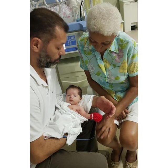 Marcos César acompanhado pela mãe Sirley e pela filha Mia Lunna, na UTI neonatal