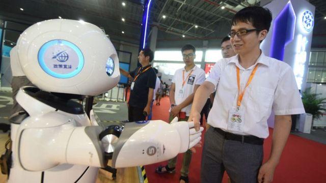 Şangay'daki Çin Uluslararası Endüstri Fuarı'nda bir robot misafirleri karşılıyor (19 Eylül 2018)