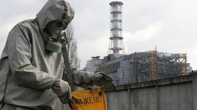 Trabajador frente a la planta de Chernóbil en 2006.