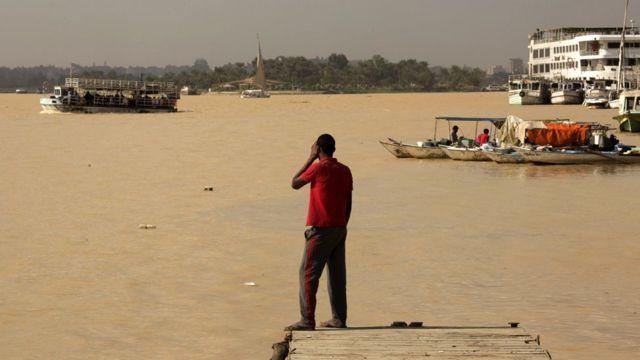 تحول لون النيل الى بني مصفر جراء الفيضانات والسيول التي ضربت اجزاء من مصر الاسبوع الماضي