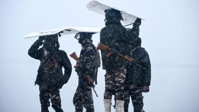 کشمیر میں ڈل جھیل کے پاس انڈین فوجی