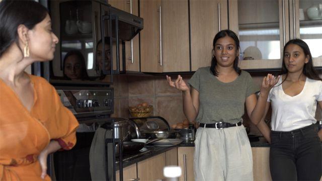 Ithra et deux de ses sœurs dans la cuisine