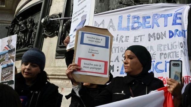 """""""Não toque no meu véu"""": mulher muçulmana protesta contra secularismo"""