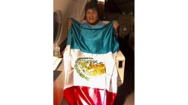 Evo en el avión mexicano