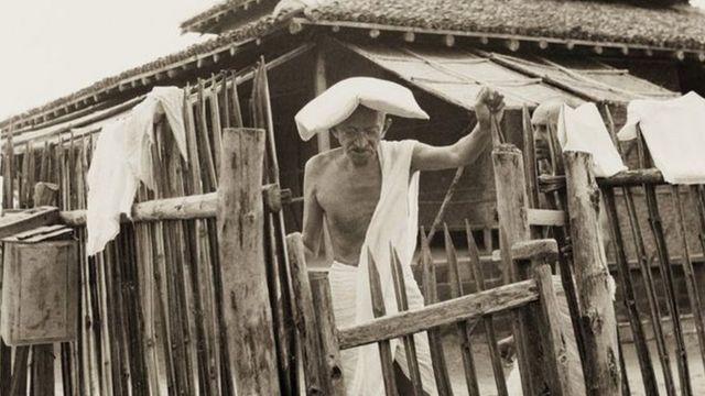 సేవాగ్రాం ఆశ్రమంలో మహాత్మా గాంధీ