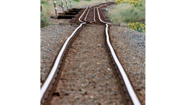 भूकंप की वजह से रेल की पटरियां भी टेढी हो गईं.