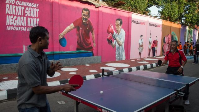 Warga bermain tenis meja saat Peresmian Kampung Asian Games di Pucang Sawit, Solo, Jawa Tengah, Minggu (15/7).