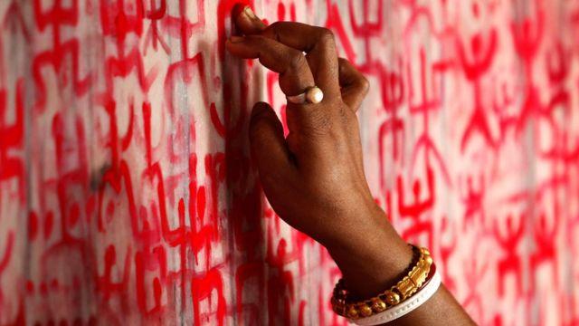 पूजा करती एक हिंदू महिला.