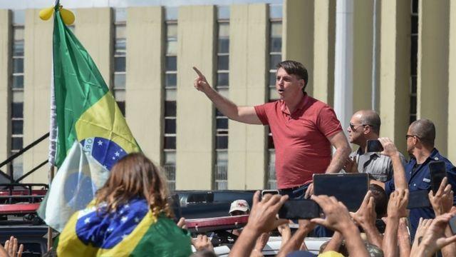 Bolsonaro discursa em ato em frente ao Quartel General do Exército, em Brasília.
