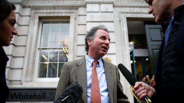 Oliver Letwin dá entrevista a dois jornalistas do lado de fora da sede do governo britânico
