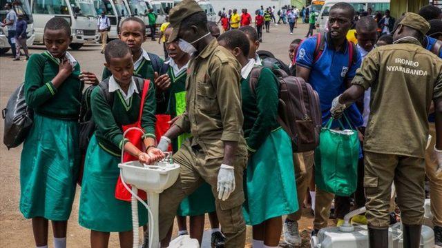 Au Rwanda, des lavabos sont installés dans les places publiques
