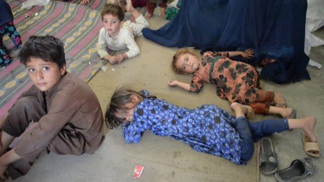 Evlerinden olmuş çocuklar, Asadabad'daki bir okulda, yerlerde uyumak zorunda kaldı.