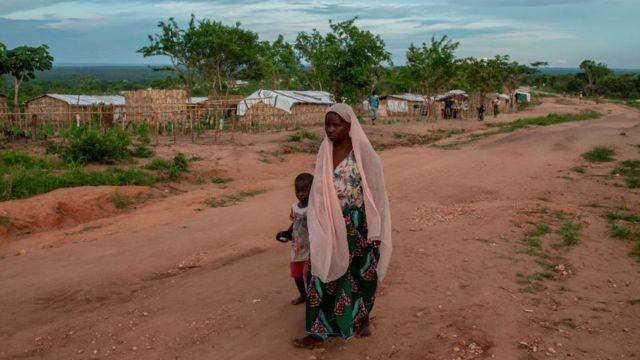 Uma mulher e seu filho caminham na comunidade de Ntocota, Distrito de Metuge em Pemba, Província de Cabo Delgado, em 22 de fevereiro de 2021