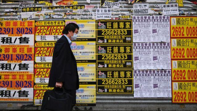 香港九龍旺角一家空置商店外貼滿招租廣告(13/3/2020)
