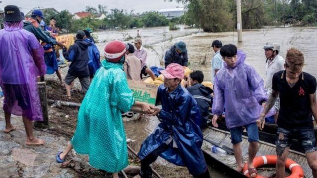 Trao tặng hàng cứu trợ ở Thừa Thiên Huế ngày 20/10