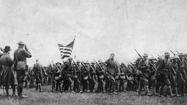 Tropas estadounidenses avanzando durante la Primera Guerra Mundial.