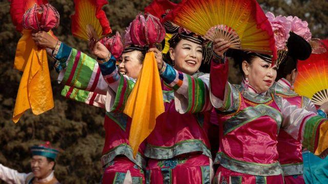 Bailarinas en la celebración del año nuevo en Pekín