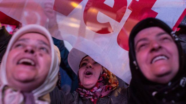AKP'nin İstanbul Sütlüce'deki İl Başkanlığı binası önünde referandum sonucu coşkuyla kutlandı