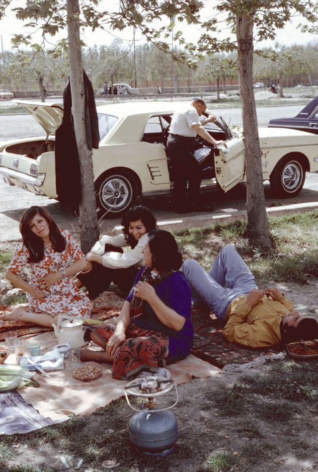 Grupo de homens e mulheres fazem piquenique em Teerã em 1976