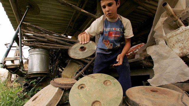 Мальчик держит оболочку мины
