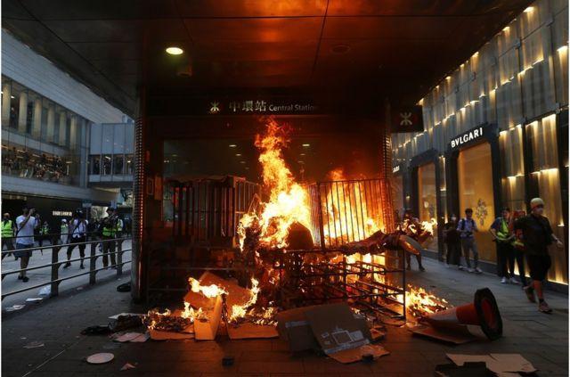 中環地鐵站口被人縱火,地鐵站兩旁是中環名牌商業購物區。
