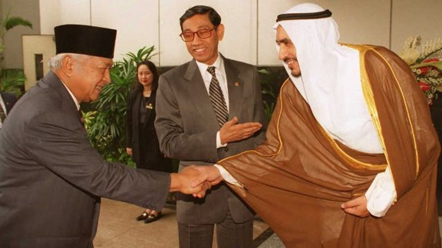 Indonesian President Suharto (L) to Fouad Abdullah Al-Omar of Saudi Arabia,29 November, 1995