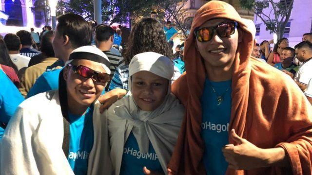 Jason Alfaro junto a sus hermanos
