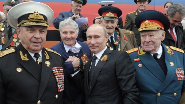Владимир Путин и ветераны Великой Отечественной войны на параде 9 мая 2012 года