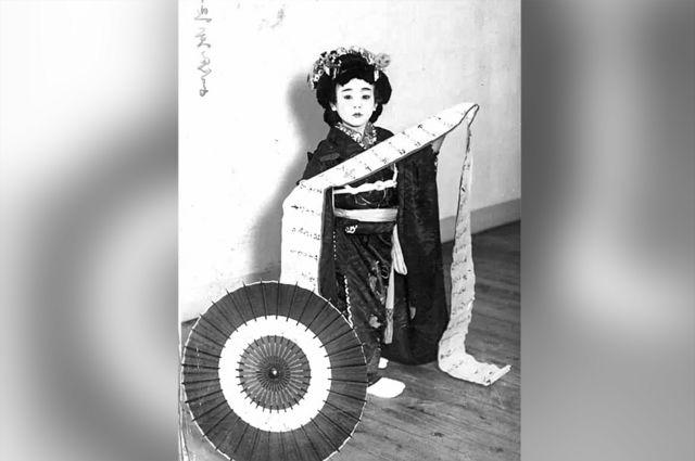 Mieko vestida com traje tradicional