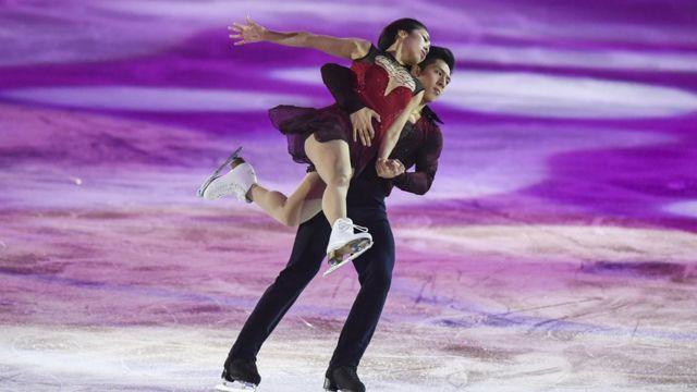 11月5日,2017中国杯世界花样滑冰大奖赛在北京落幕。在最后的表演赛中,多国选手为现场观众献上精彩表演。图为中国组合隋文静/韩聪。