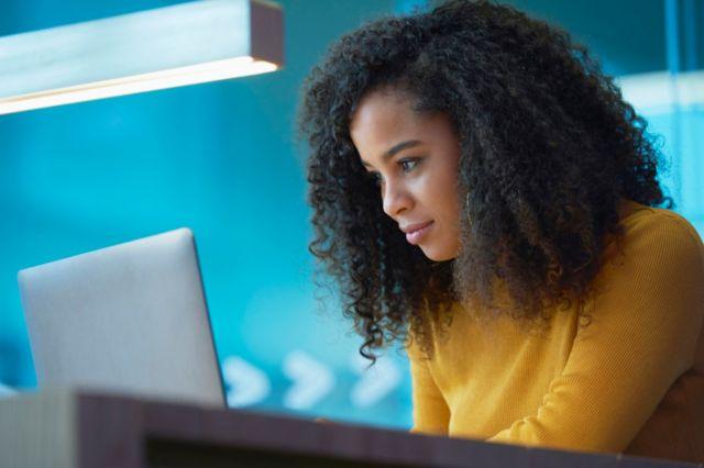 Femme devant un ordinateur 8 conseils d'un expert qui vous aideront à oser changer de carrière (et comment votre âge l'influence) -  116489861 xz - 8 conseils d'un expert qui vous aideront à oser changer de carrière (et comment votre âge l'influence)