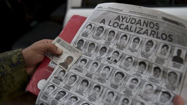 Hoja de periódico con las fotos de los jóvenes desaparecidos.