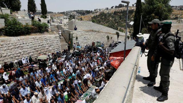 палестинці молятсья на вулиці