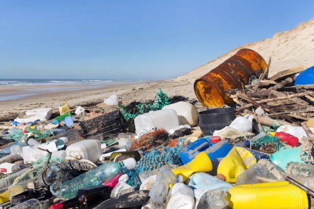 Lixo plástico na areia da praia